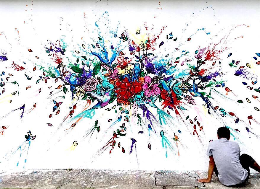 Grafiti de flores, pájaros y hojas de colores