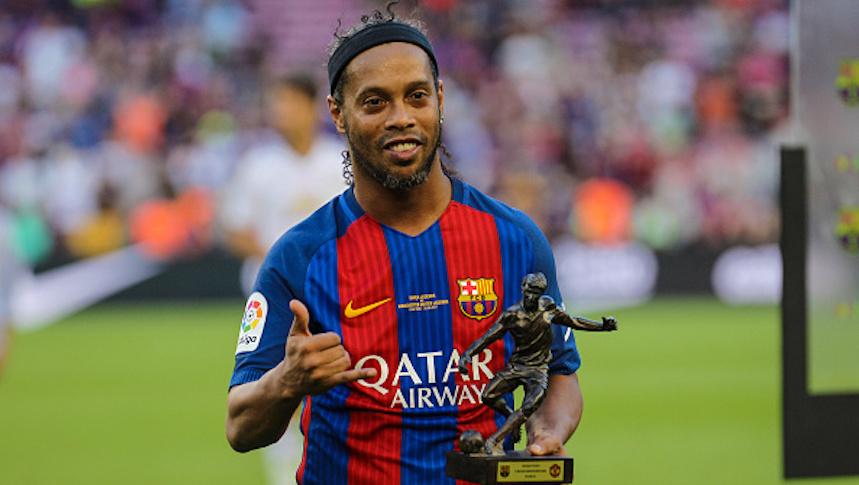 Checa el espectacular túnel de Ronaldinho en un partido de leyendas