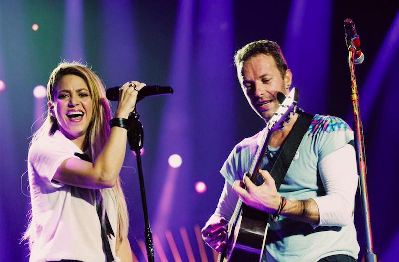 """¡El horror! Shakira sube al escenario con Coldplay para destrozar """"Yellow"""""""