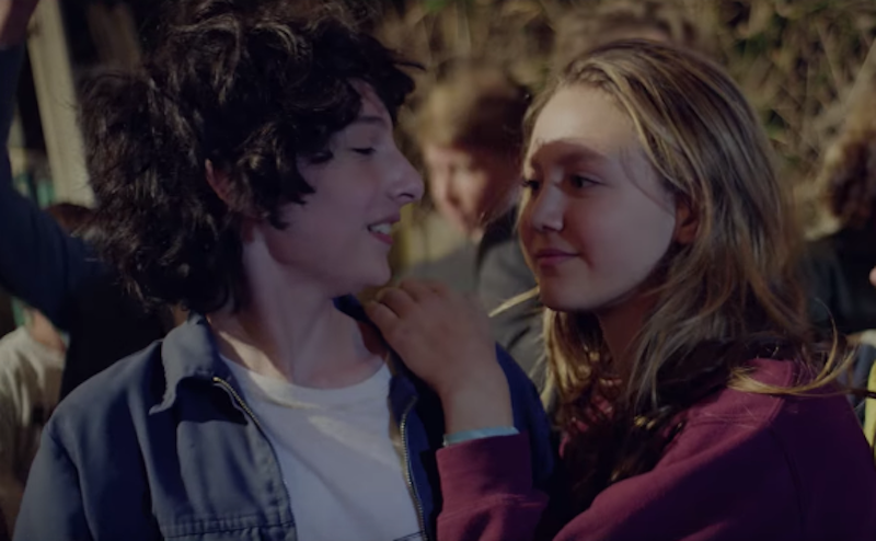 ¡Mike de Stranger Things protagonizó y dirigió este increíble video musical!