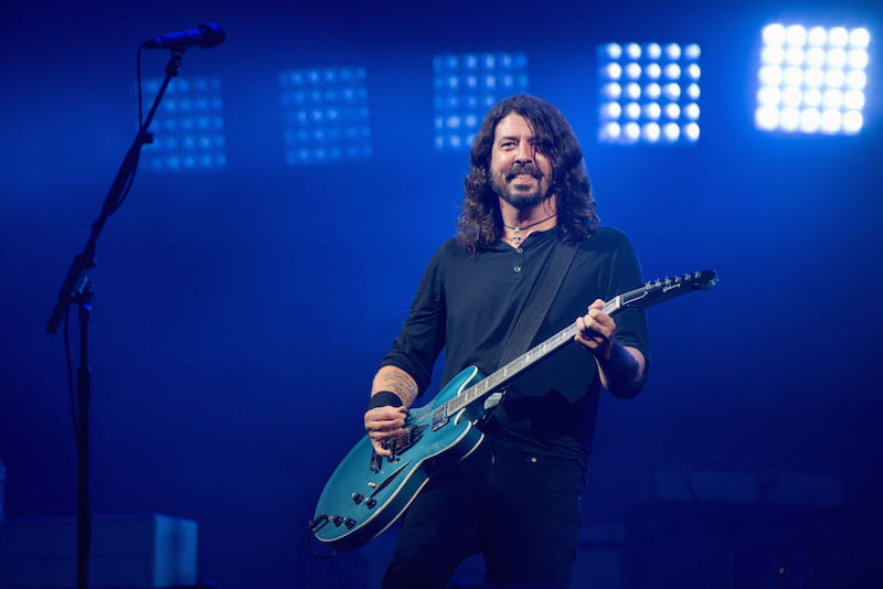 "Mira a Foo Fighters estrenar su canción ""Dirty Water"" en vivo"