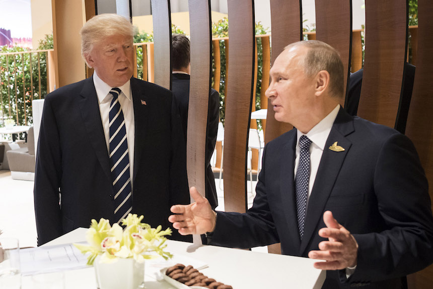 Vladimir Putin y Donald Trump se saludan