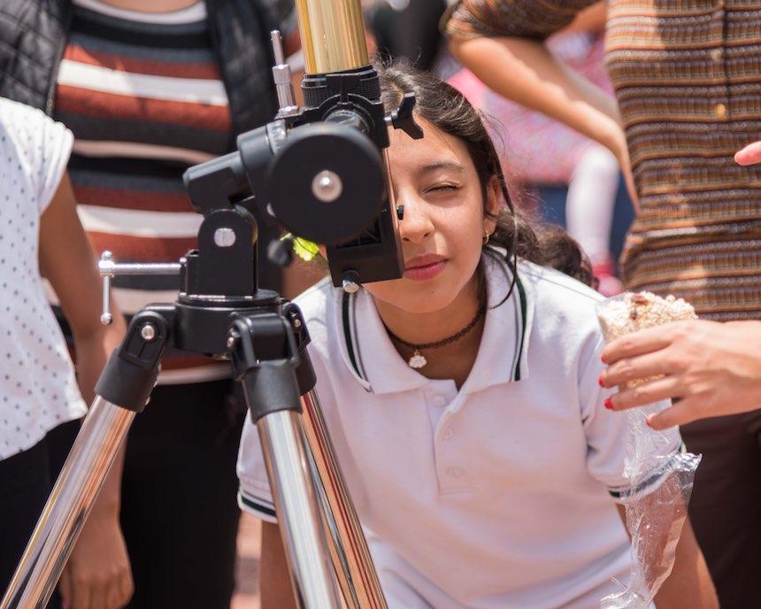 Delegación Benito Juárez - Niña con telescopio