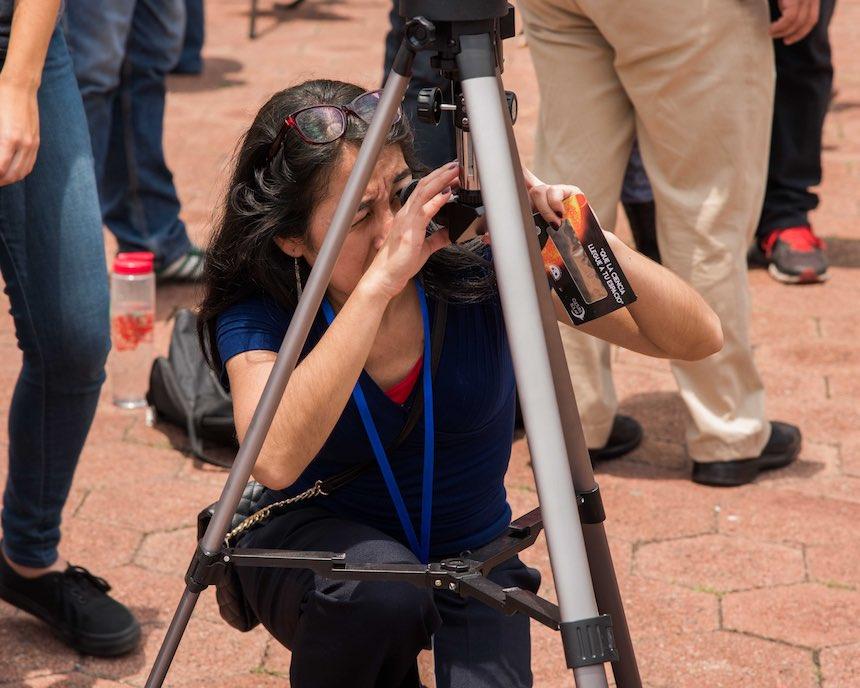 Delegación Benito Juárez - Mujer con telescopio