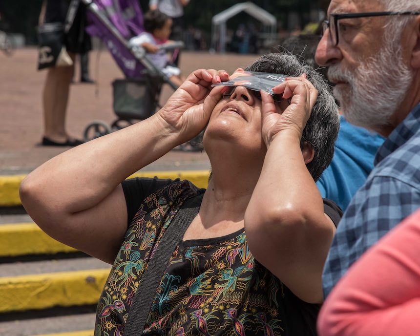 Delegación Benito Juárez - Señora viendo el eclipse