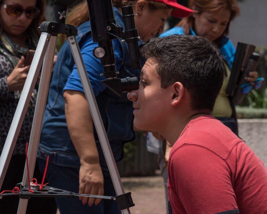 Delegación Benito Juárez - Mirando eclipse en telescopio
