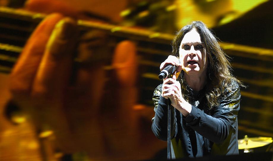 "Mira a Ozzy Osbourne interpretar ""Bark At The Moon"" en pleno eclipse"