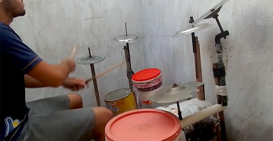 Este genio se puso a tocar Chop Suey con una batería casera