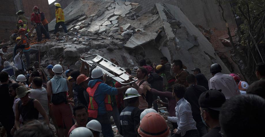 """#FuerzaMéxico: Un grupo de personas canta """"Cielito Lindo"""" mientras buscan sobrevivientes"""
