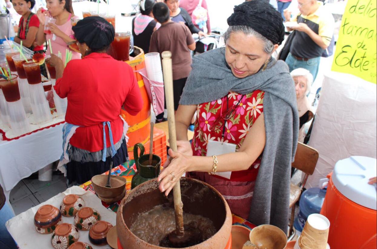 Mujer preparando chocolate