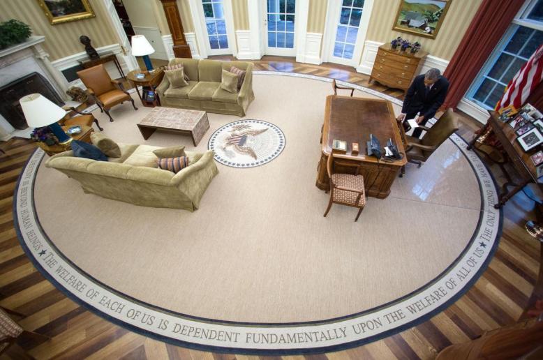 Obama dejando una carta a Trump en su escritorio