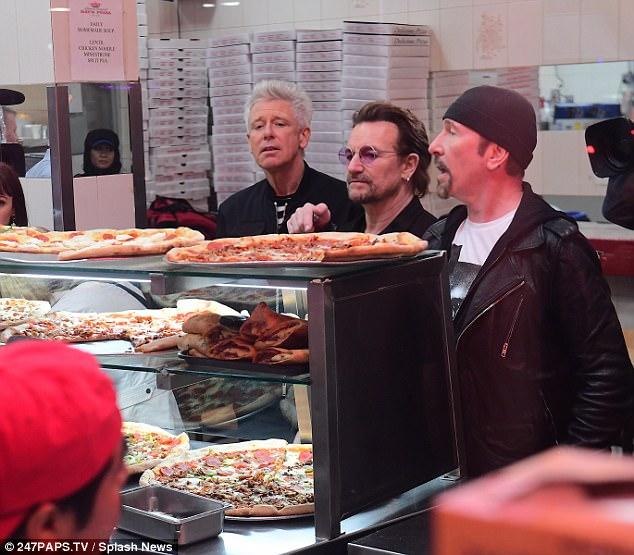 ¡U2 aparece de manera sorpresiva en una pizzería de Nueva York!