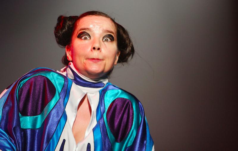 Y porque tú lo pediste: Björk hizo un Juan Gabriel y se entrevistó a sí misma