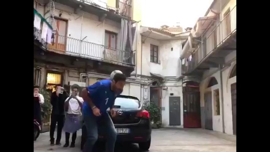 Gianluigi Buffon sorprende haciendo trucos contra una 'freestyler