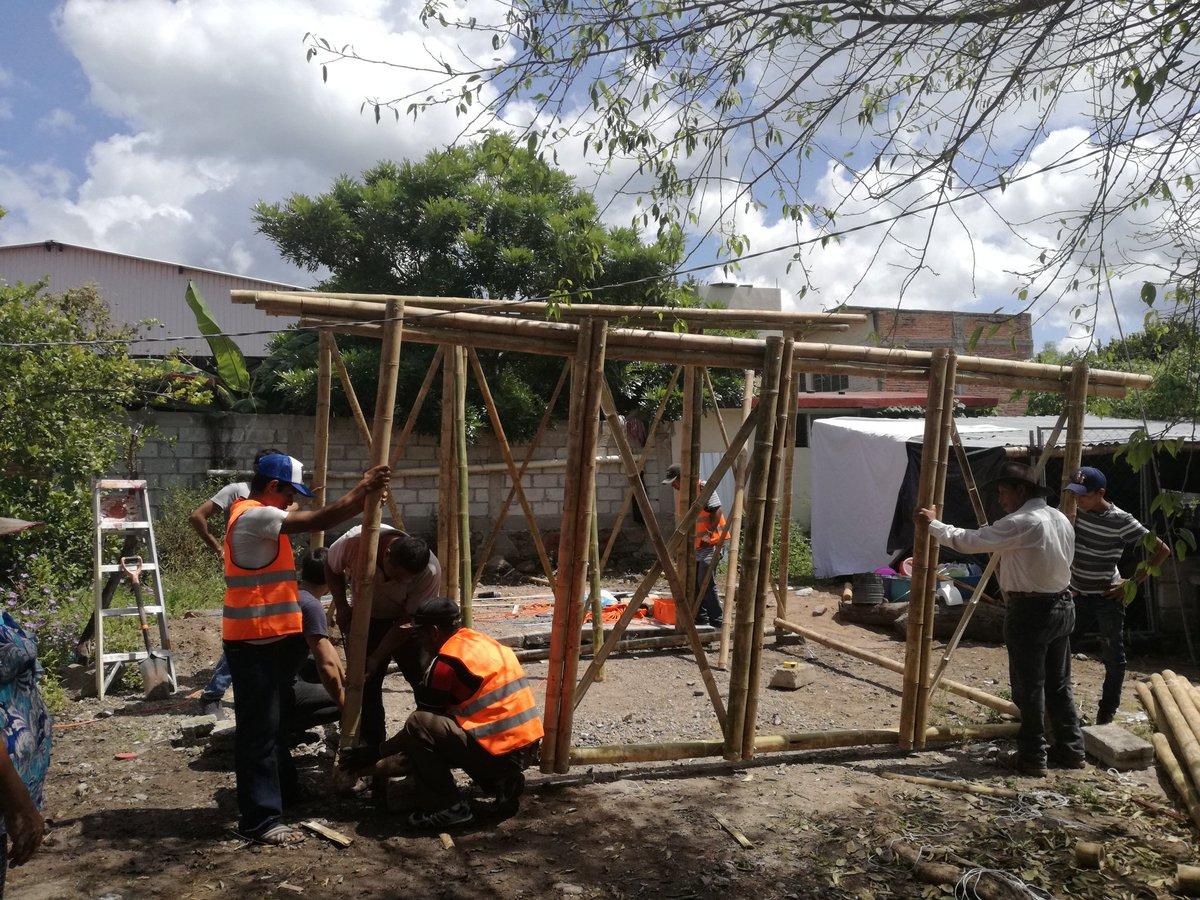 construcción de casa de bambú