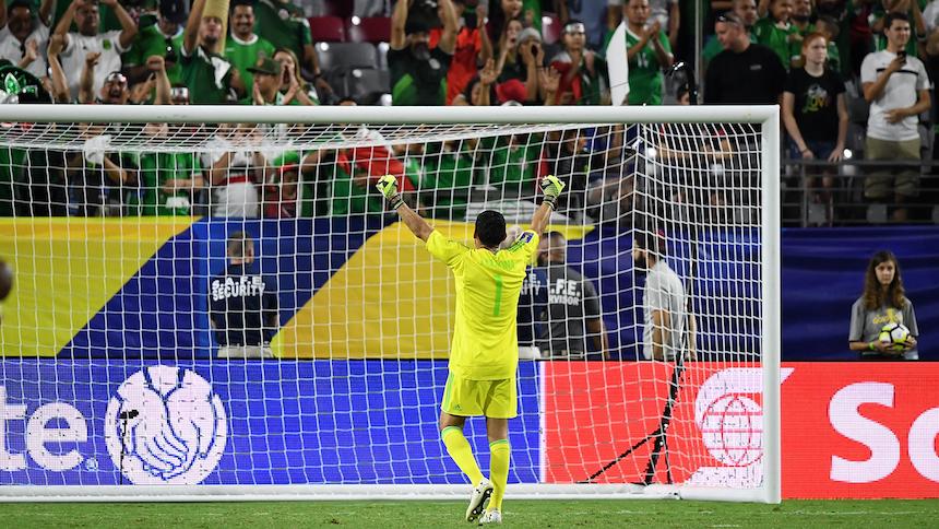 El TAS le perdonó 2 multas a México por el 'saludo' de la afición a los porteros