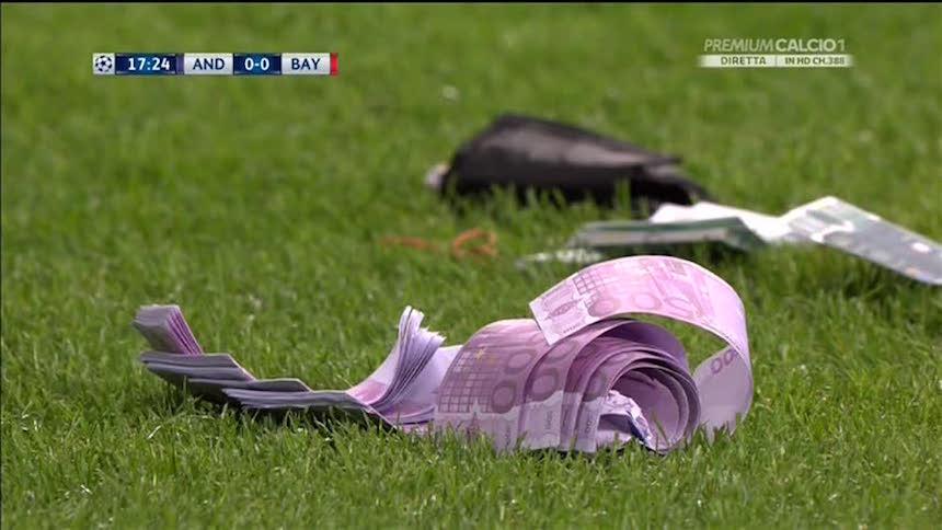 ¿Por qué los fans del Bayern Múnich aventaron dinero a la cancha?