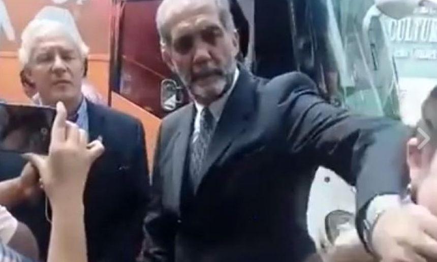 Juan Dabdoub, expresidente del Frente x la familia, calla a activista con la mano