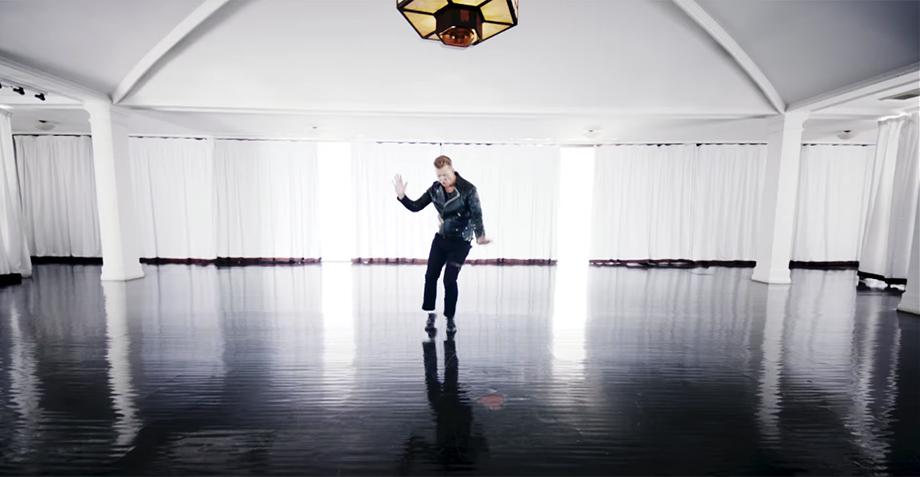 """Josh Homme saca su lado más """"Bailando por un sueño"""" en el nuevo video de QOTSA"""