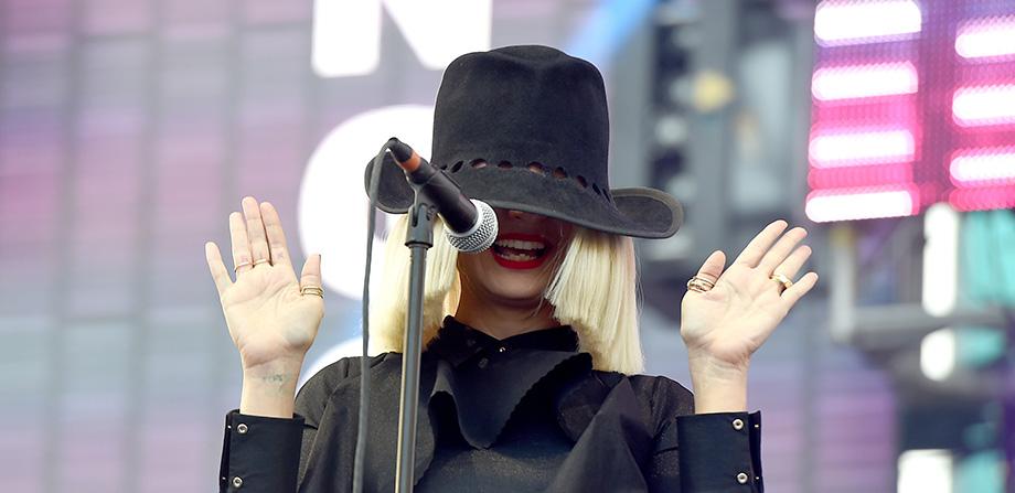 ¡Eres grande! Sia trollea a un paparazzo al publicar fotos de ella desnuda