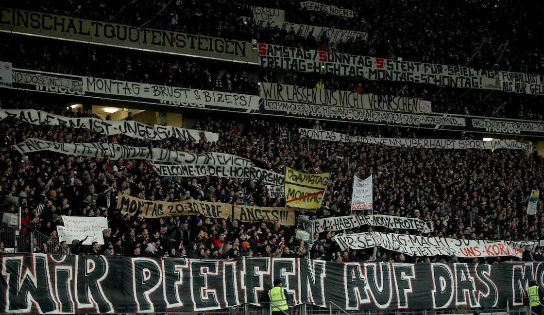 Aficionados del Frankfurt protestaron con pelotas de tenis, pancartas y mantas