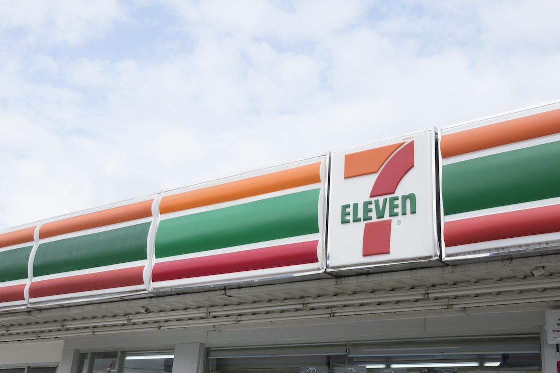 Ladrones se hacen pasar por cajeros del Seven Eleven para llevarse un mejor botín