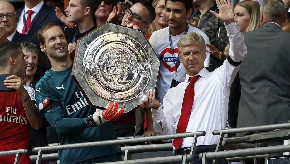 Arsene Wenger festeja junto al arquero Petr Cech su último título con el Arsenal, el de la FA Community Shield