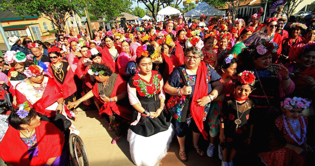 Cientos de personas se disfrazan de Frida Kahlo para romper un récord Guinness en Texas