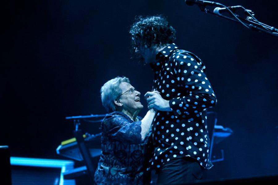 Lagrimita mil: Jack White subió a su mamá al escenario durante un concierto