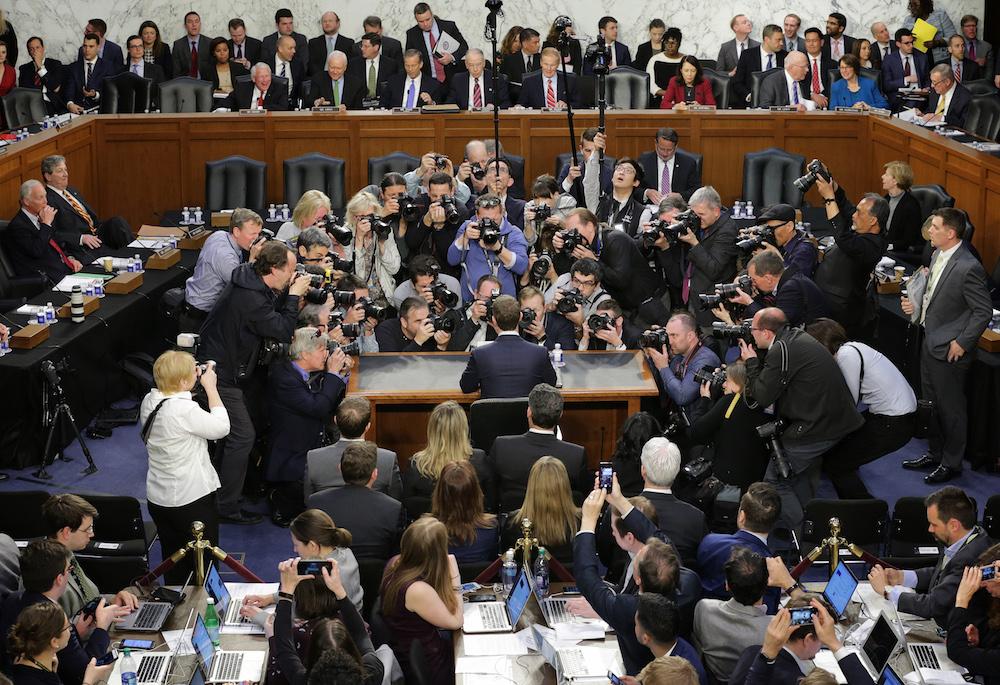 Mark Zuckerberg fundador de Facebook comparece ante senadores