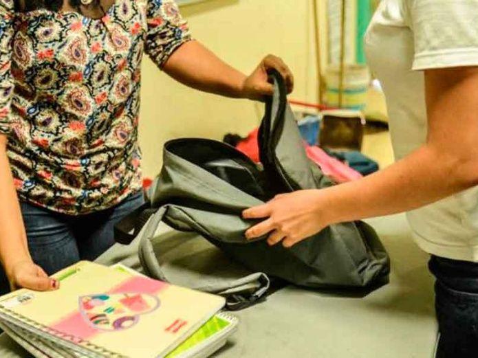 Revisión de mochilas en escuelas