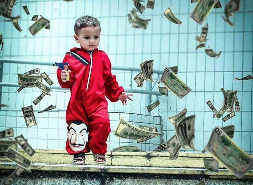 """Niño con máscara de """"la casa de papel"""" y billetes"""
