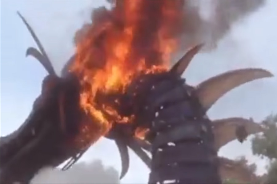 Un dragón se incendió en Disney World durante un desfile y la gente pensó que era parte del show 😱